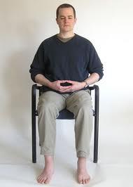 duduk meditasi di kursi